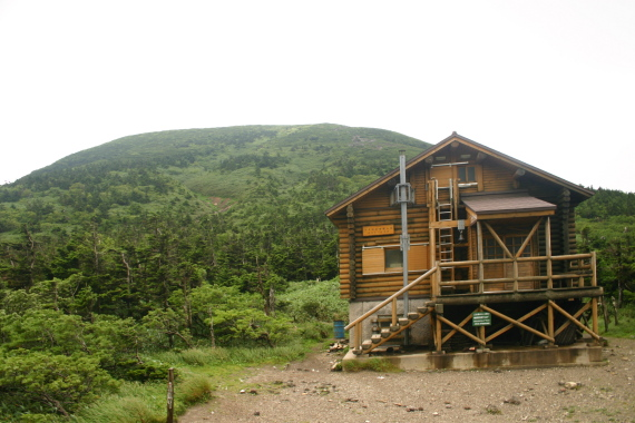 大岳山頂と非難小屋14.JPG